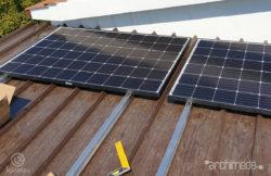 pannelli fotovoltaici durante il montaggio sul tetto